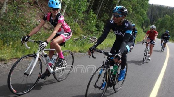 RUTE PENUTUP: Azrul Ananda (kanan) bersama Karen Jarchow, atlet profesional MTB papan atas Amerika, saat melewati jalur khusus sepeda menuju kota Vail, Colorado, Rabu 21/8. BRAD SAUBER-RAPHA FOR JAWA POS/JPNN